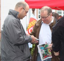 Am Infostand zur Landtagswahl 2013 im Gespräch mit CSU-Gemeinderat Frank Rabenstein