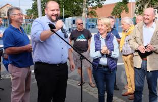Bei der Begrüßung: Bürgermeisterkandidat Rafael Herbrik