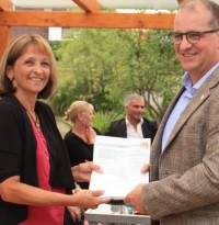 Übergabe von Unterschriften gegen Bahnlärm an die Vorsitzende der Bürgerinitiative Maria Schüßler im August 2013