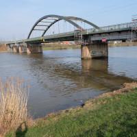 Die Eisenbahnbrücke über den Main