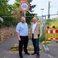 Bereits zu Beginn der Sperrung der Mainbrücke für Fußgänger und Radfahrer informierte sich der SPD-Bundestagsabgeordnete Bernd Rützel über die Sanierungsmaßnahmen. Im Bild rechts mit dem Ortsvereinsvorsitzenden Rafael Herbrik.