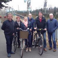 Vor Ort machten sich SPD-Vertreter des Treffens von den Baumaßnahmen an der Eisenbahnbrücke ein Bild.